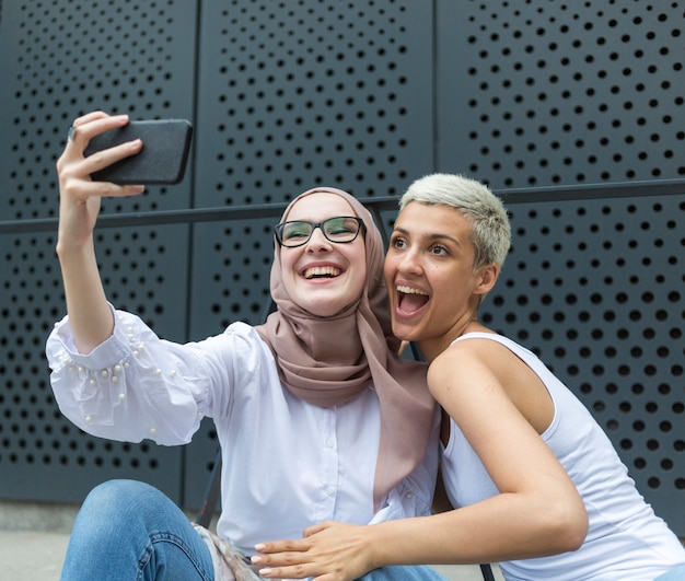Encantadoras amigos tomando una selfie