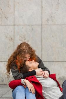 Encantadoras mujeres jóvenes juntas en el amor