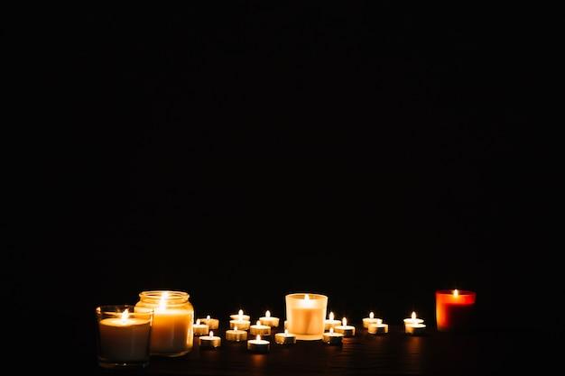 Encantadoras velas en llamas