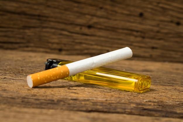 Encendedor de cigarrillos en madera vieja