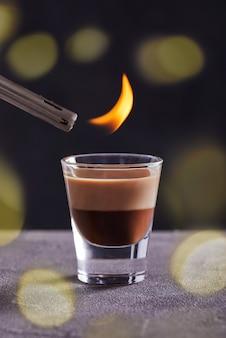 Encendiendo un cóctel de vainilla de chocolate más ligero en un vaso o