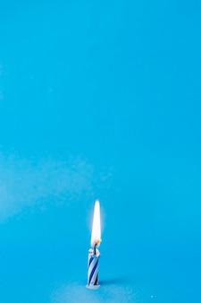 Encendió vela de cumpleaños azul con espacio de copia