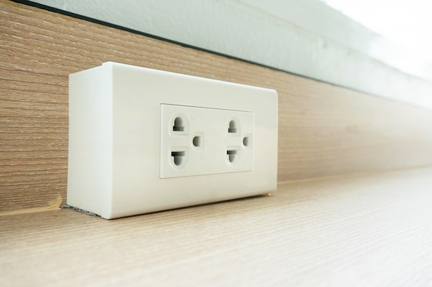 Enchufe de pared en pared blanca, desconecte o enchufe el concepto, enchufe eléctrico.