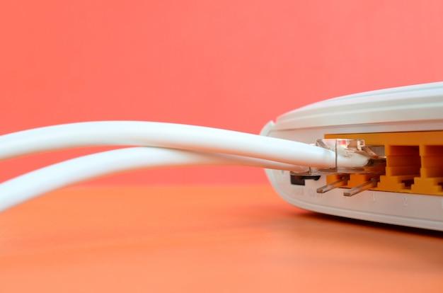 Los enchufes del cable de internet están conectados al enrutador de internet.