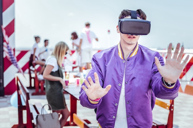 Enciende la imaginación. hombre complacido con máscara para realidad virtual y mirando hacia adelante