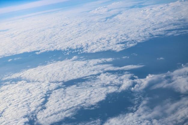 Por encima de hermosas nubes