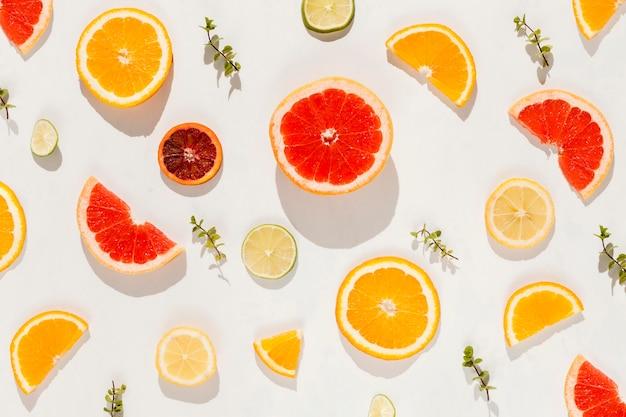 Por encima de vista frutas sobre fondo blanco.