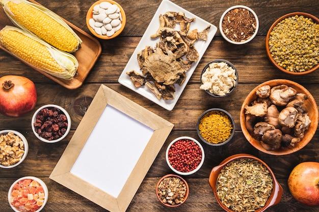 Por encima de vista otoño surtido de alimentos con marco
