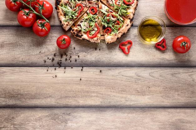 Por encima de la vista rebanadas de pizza con coberturas