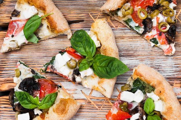 Por encima de la vista rebanadas de pizza en la tabla de cortar