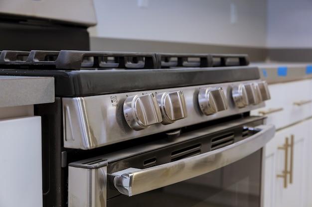Encimera cerca de la estufa de gas nueva instalación de cocina estufa