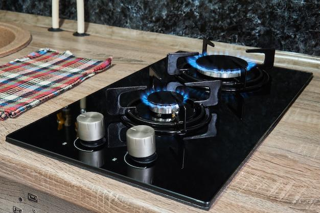 Encimera de cocina con llama en quemadores de gas