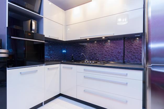 Encimera de cocina moderna brillante con fregadero y horno