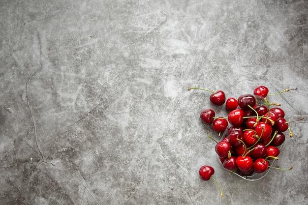 Encimera de mármol y cerezas. temporada de verano, cosecha de bayas, mermelada, compotas.