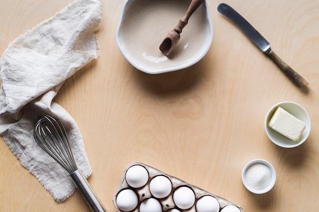 Encofrado con huevos preparados para cocinar