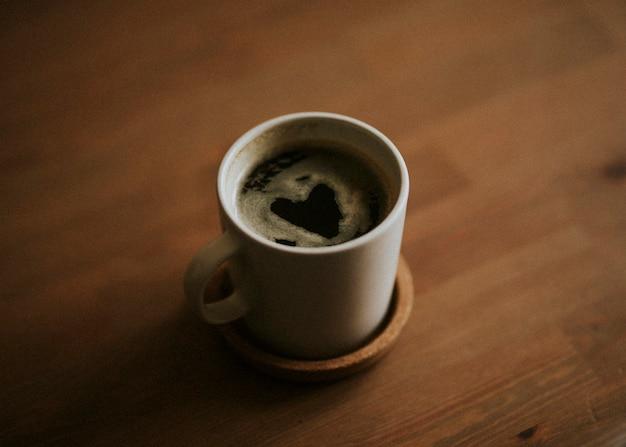 Encontrar un corazón en la taza de café de la mañana