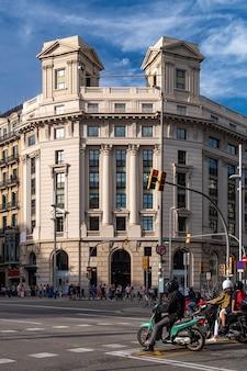 Encrucijada en barcelona con vistas a un edificio.