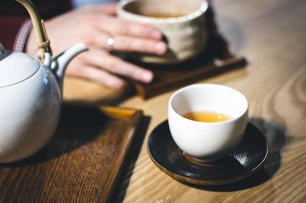 Encuentro con un amigo con una taza de té verde