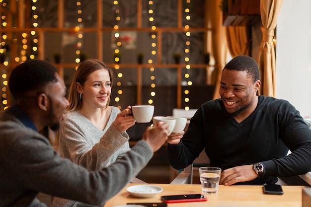 Encuentro con amigos en el restaurante.