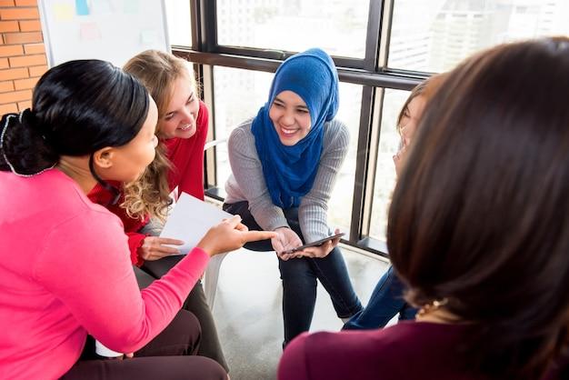 Encuentro casual de mujeres multiétnicas para proyecto social.