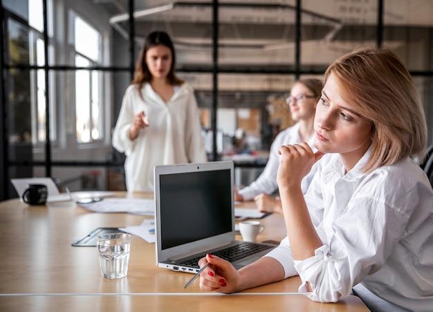 Encuentro corporativo de alto ángulo con mujeres