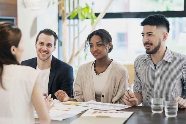 Encuentro de empresarios de diversas razas