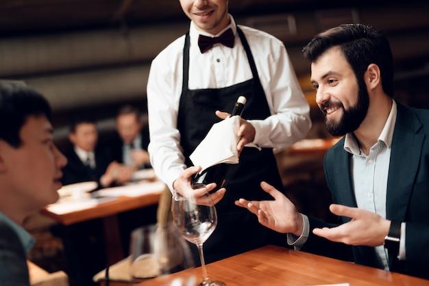 Encuentro con empresarios en trajes en restaurante.