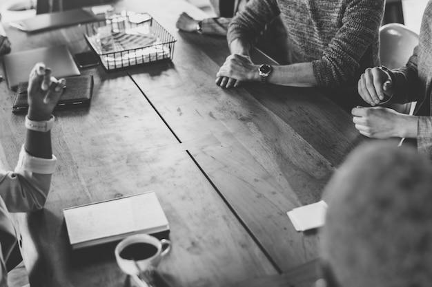 Encuentro de negocios en blanco y negro
