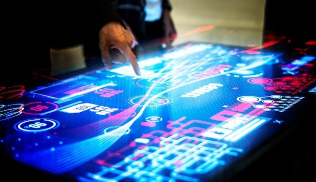 Encuentro tecnológico en mesa ciberespacio.