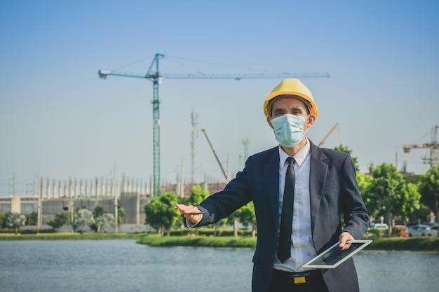 Encuesta de hombre asiático o empresario en la construcción de bienes raíces del sitio