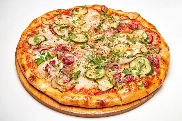 Encurtidos frescos de pizza, tocino, salchichas y queso
