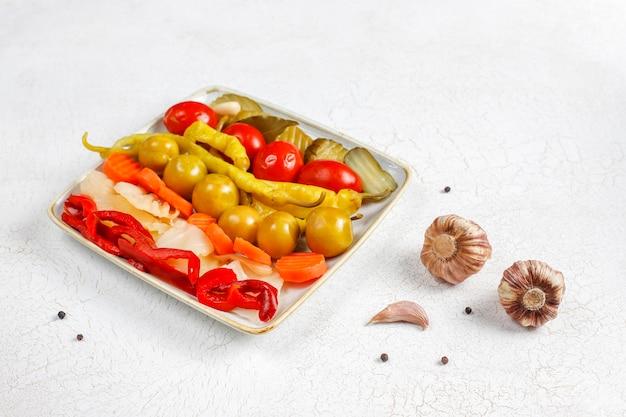 Encurtidos mixtos deliciosos y orgánicos caseros.