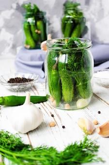 Encurtidos de pepinos orgánicos frescos