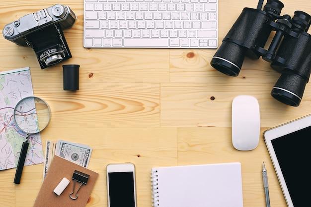 Endecha plana de accesorios en el fondo de escritorio de madera