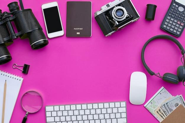 Endecha plana de accesorios en el fondo de escritorio rosa