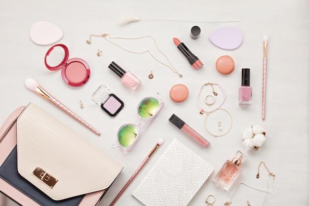Endecha plana con accesorios de mujer. moda, tendencias y concepto de compra.