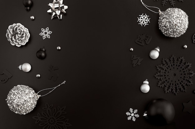 Endecha plana de adornos navideños con espacio de copia