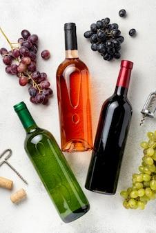 Endecha plana botellas de vino en la mesa