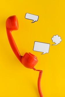 Endecha plana de burbujas de chat y receptor de teléfono para comunicación