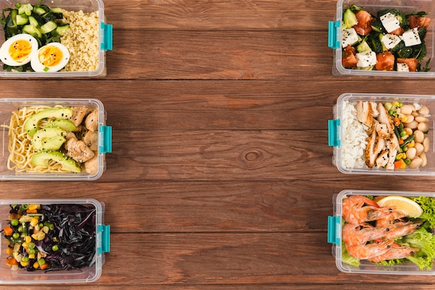 Endecha plana de cacerolas de plástico organizadas con comida