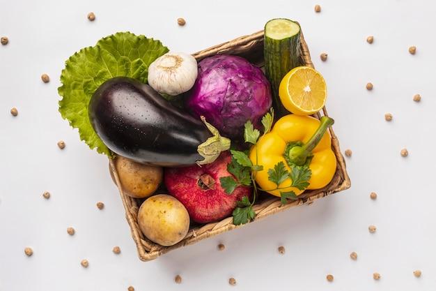 Endecha plana de canasta de verduras frescas