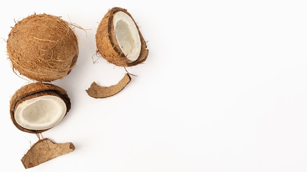 Endecha plana de coco con cáscara y espacio de copia