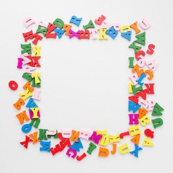 Endecha plana del concepto de marco colorido alfabeto