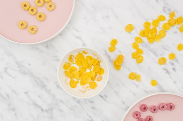 Endecha plana de copos de maíz sobre una mesa de cocina