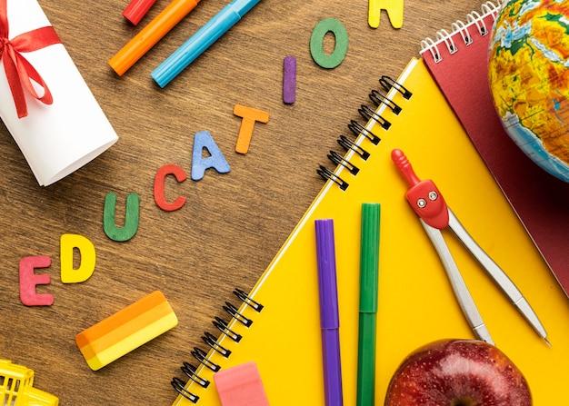 Endecha plana de cuaderno con útiles escolares