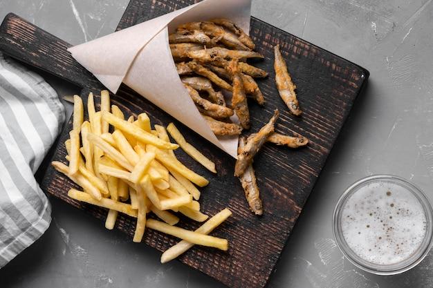 Endecha plana de delicioso pescado y patatas fritas concepto