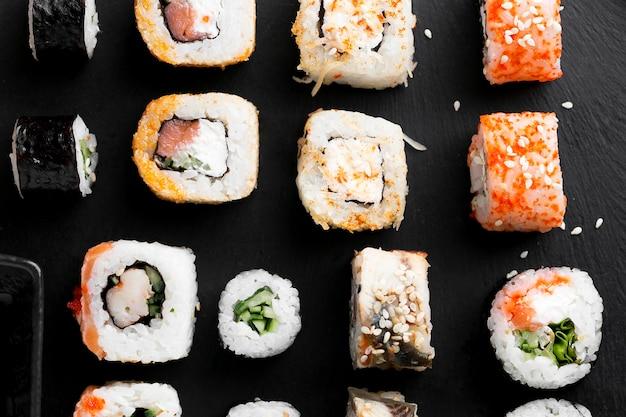 Endecha plana delicioso sushi alineado