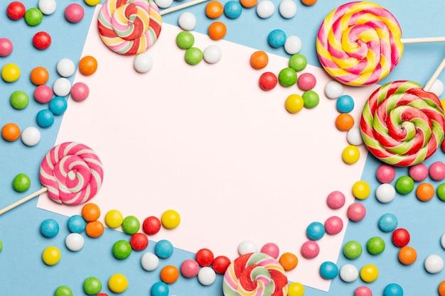 Endecha plana de deliciosos caramelos de colores