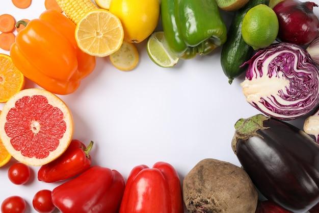 Endecha plana con diferentes verduras y frutas en blanco
