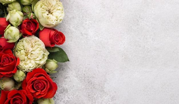 Endecha plana de flores de colores con espacio de copia
